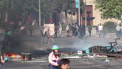 Suspenden alza del Metro y decretan toque de queda ante protestas en Chile