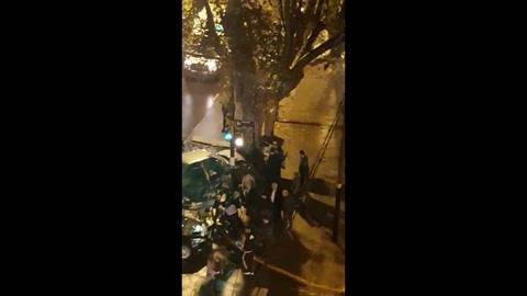 Violento choque entre un camión de bomberos y un auto que terminó contra un árbol