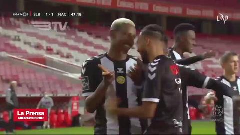 Hondureño Bryan Róchez le anota golazo al Benfica en la Liga de Portugal