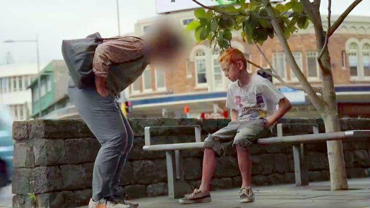 Kun et fåtall bryr seg om den hjemløse gutten