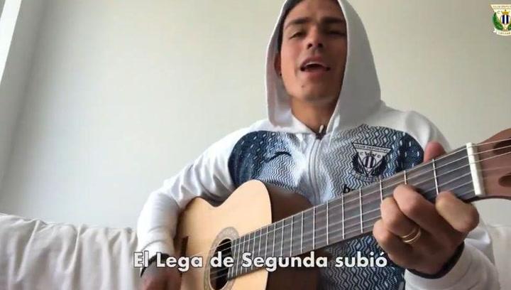 Jonathan Silva se destapa como intérprete guitarra en mano