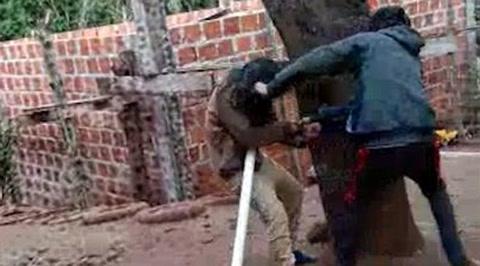 Familiares de un hombre golpeador lo escracharon con un video