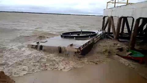 Roban las marras de un pontón que embistió varias embarcaciones en la costa