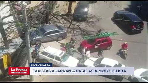 Taxistas agarran a patadas a motociclista que intentó cruzar las tomas en Tegucigalpa