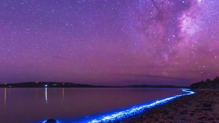 Plutselig lyser vannet opp midt på natten