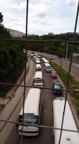 Transportistas se movilizan por bulevar Fuerzas Armadas de la capital