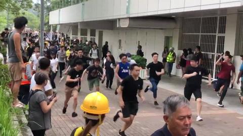 Enfrentamientos entre policías y manifestantes en Hong Kong