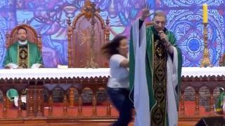 Mujer empuja y tira al suelo a un sacerdote en plena misa