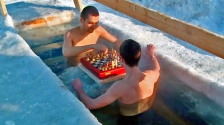 Spiller sjakk i iskaldt vann for å bli best