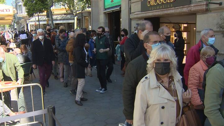 Barcelona celebra un Sant Jordi atípico y descentralizado