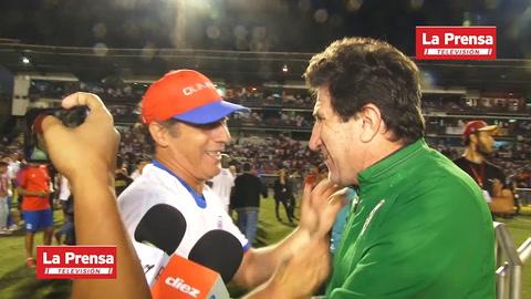 Héctor Vargas se abraza con Pedro Troglio y lo felicita por el título con Olimpia