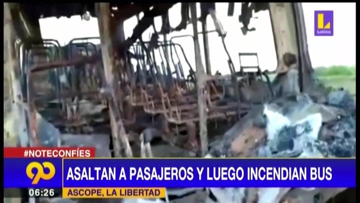 Delincuentes asaltan a pasajeros y luego queman el bus en plena carretera