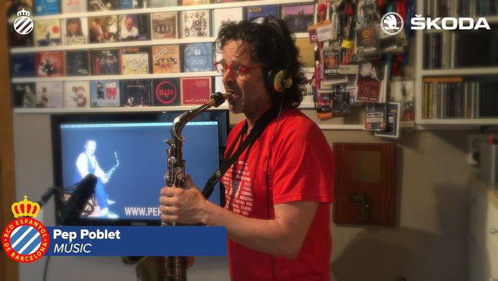 El saxofonista Pep Poblet toca el himno del RCD Espanyol