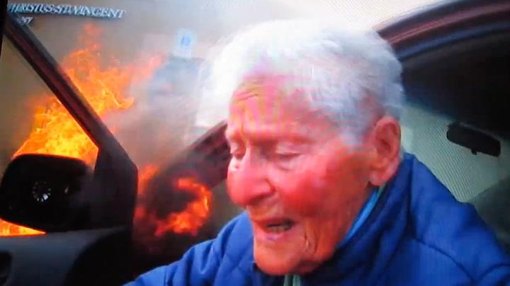 87-åring ble reddet ut av brennende bil
