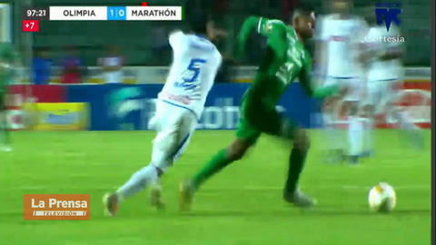 La terrible entrada de Carlo Costly contra German 'Patón' Mejía