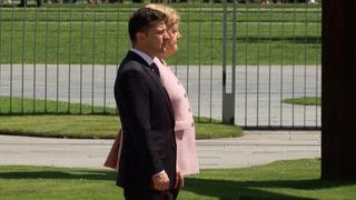 Plutselig begynner Merkel å riste