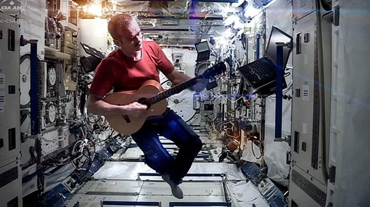 Astronaut tar en David Bowie i rommet