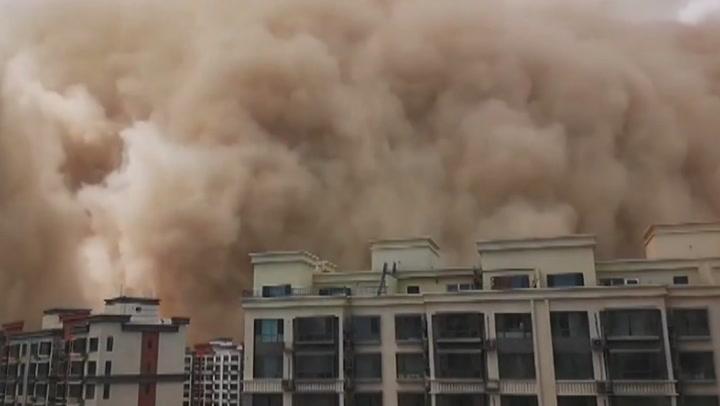นาทีพายุทรายพัดถล่มนครตุนหวงในจีน เปลี่ยนทั้งเมืองกลายเป็นสีส้ม