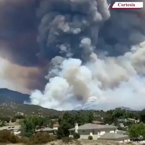 Bomberos batallan contra infernal incendio en Los Ángeles