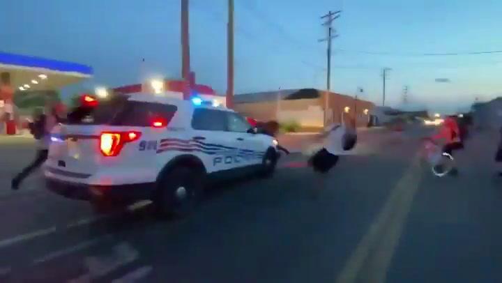Un coche de Policía atropella brutalmente y a propósito a varios manifestantes en EEUU