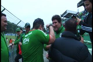 Afición le pide a Vargas quedarse entre abrazos