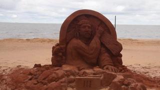 Estaciones del Vía Crucis de arena a orillas del Paraná