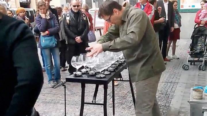Hør den nydelige sangen spilt på glass