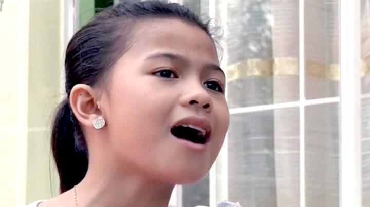 Lyca (10) forsørger åtte søsken med stemmen sin