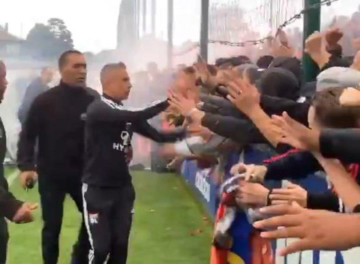 El efusivo saludo de Sylvinho a la afición del Olympique de Lyon antes del derbi ante el Saint Etienne