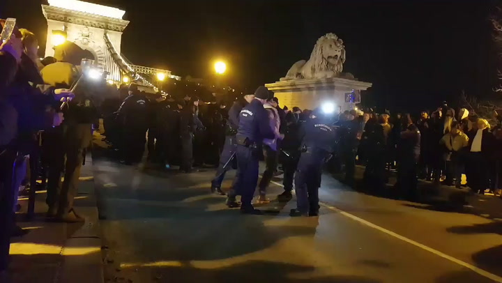 Négy tüntetőt elvisznek a rendőrök a Lánchídról