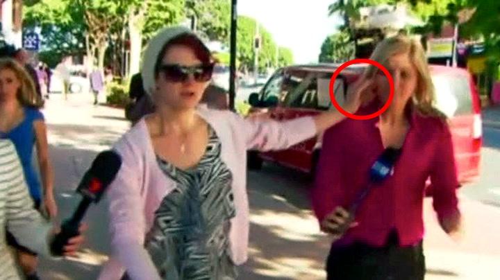 Her stumper hun sigaretten i ansiktet på reporter