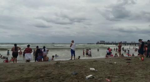 A pesar de la Alerta Verde la playa de Tela esta abarrotada