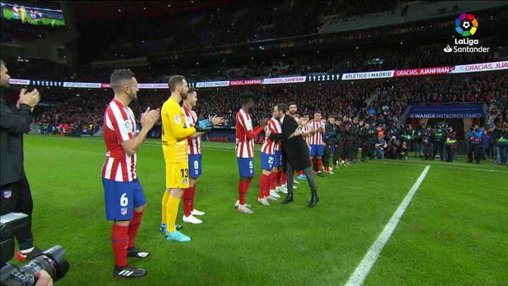 El homenaje a Juanfran en la previa del Atlético-Osasuna