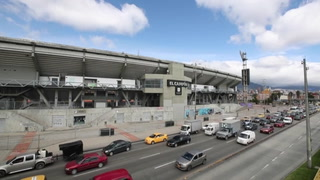 Bogotá cierra los estadios de fútbol al público tras violencia entre hinchas.mp4
