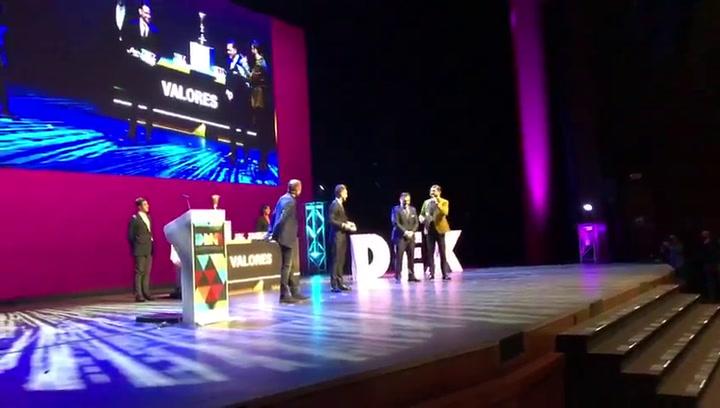 Rakitic se emociona al dedicar un premio a Jose Antonio Reyes