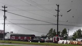 Graban momento en que un tornado arranca un techo y lo hace pedazos