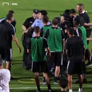 Cristiano Ronaldo arremete contra un policía en pretemporada en China