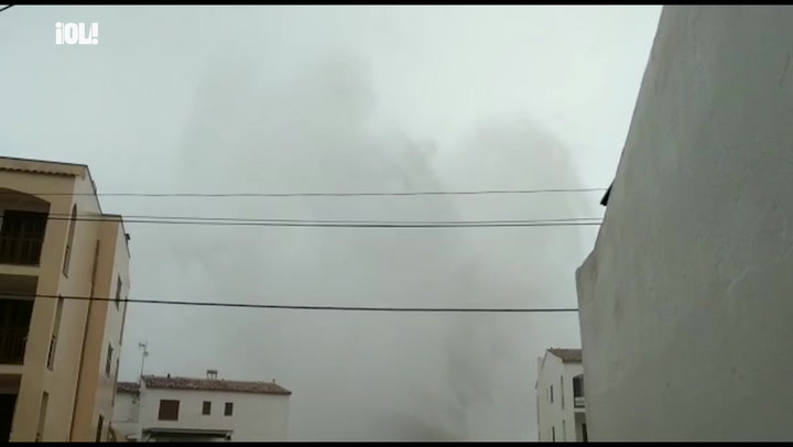 Una ola de cuatro pisos de altura arrasa en Mallorca