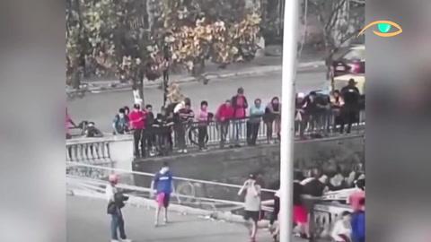 Un ciclista cayó desde un puente por ser demasiado curioso