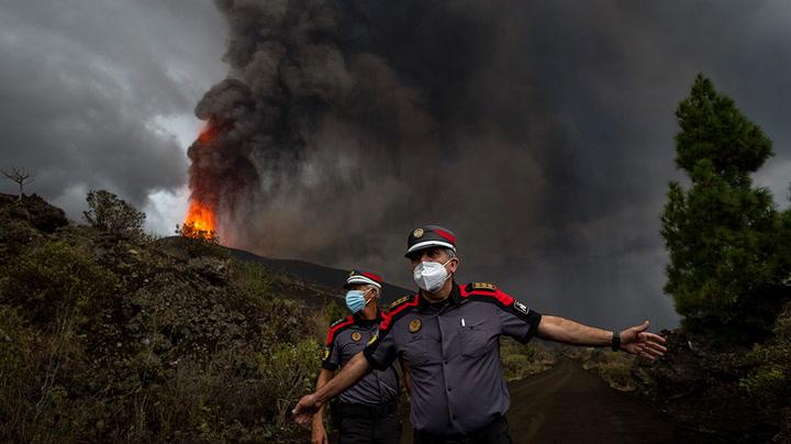 Watch live as smoke plumes from volcano on Spain's La Palma island