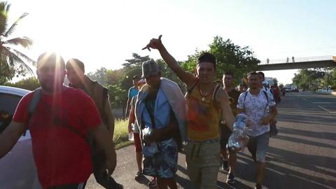 Cientos de centroamericanos cruzan ilegalmente a México