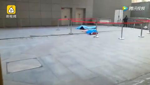 Video: Quiso atajar a una mujer que se tiró de un edificio y murió aplastado