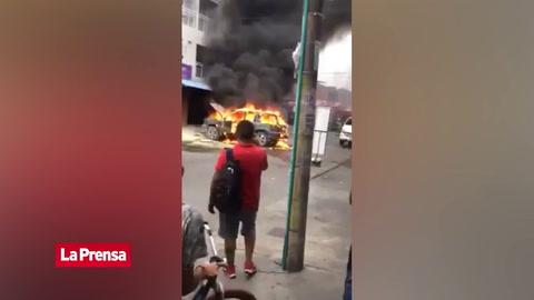 Video viral: automóvil en llamas explota mientras curiosos graban el hecho