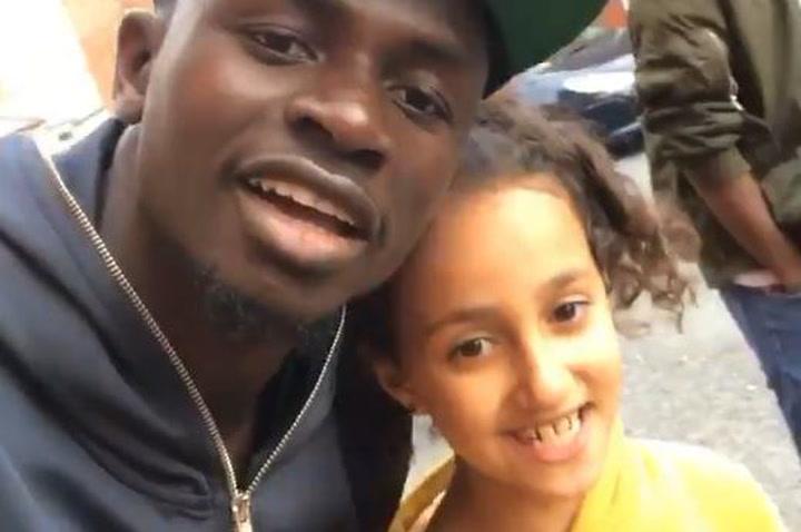 Sadio Mané saluda a una niña aficionada yemení
