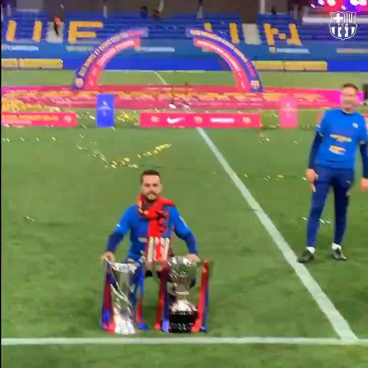 Las jugadoras y los técnicos del Barça Femení posan con las copas del doblete