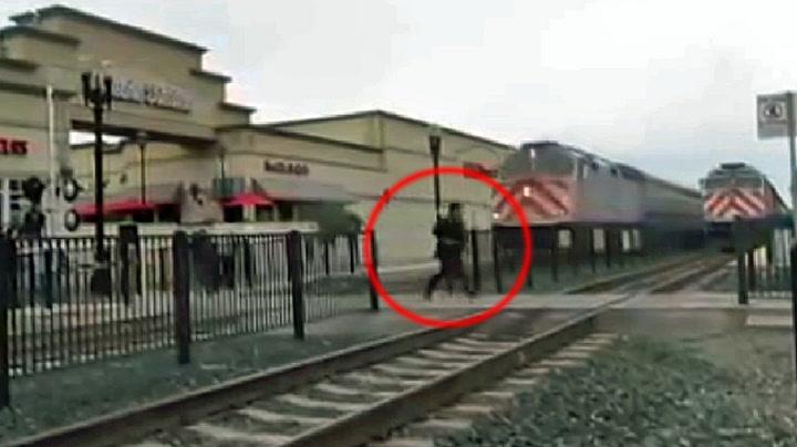 Våghals sekunder fra å bli overkjørt av toget