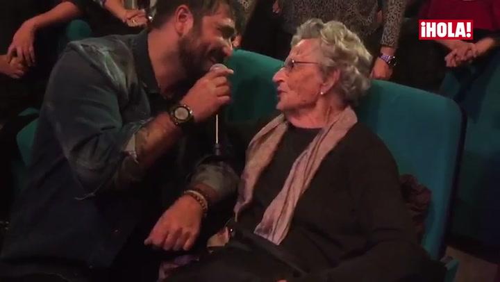 Antonio Orozco vuelve a los escenarios tras la muerte de su expareja y tiene un precioso gesto con una fan de... ¡97 años!
