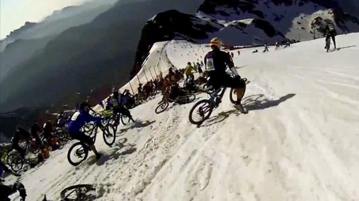 Her sklir 100 syklister ned et fjell