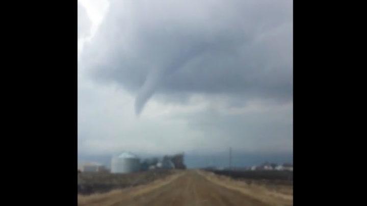 Her filmer han tornadoen fra bilen