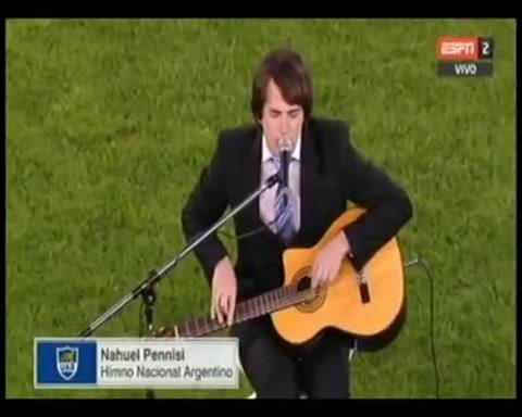 Nahuel Pannisi hizo estremecer a todos en la Bombonera con el Himno Nacional en la previa del partido